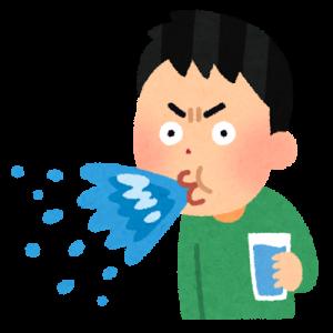 驚いて水を吹き出す男性